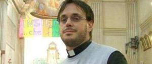 Ex parroco, gay e sposato, dice messa: ecco la predica del don Arcobaleno…