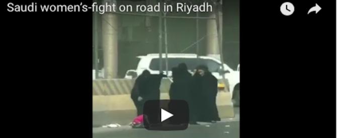 Riad, agghiacciante rissa in burqa: la mamma mena duro e scaraventa in terra la bimba (VIDEO)