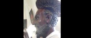"""La sindaca Pd crede nel miracolo del santo che suda. Il vescovo """"nasconde"""" la statua (video)"""