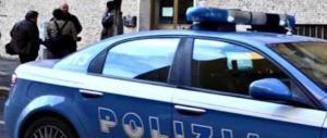 Rapina un disabile e prende a testate l'auto della polizia che lo ferma: libico in manette