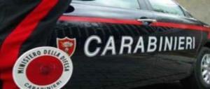 Spacciatore sfortunato: trasporta droga nello scooter, ma urta un'auto dei carabinieri