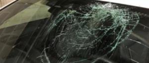 Vercelli, torna l'allarme: lanciano un oggetto dal cavalcavia, colpita un'auto