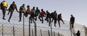 Spagna, il socialista Sanchez come Orban: un muro di filo spinato antimigranti