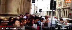 A Milano tutti pazzi per l'apertura di Starbucks: decine in fila fin dal mattino (video)