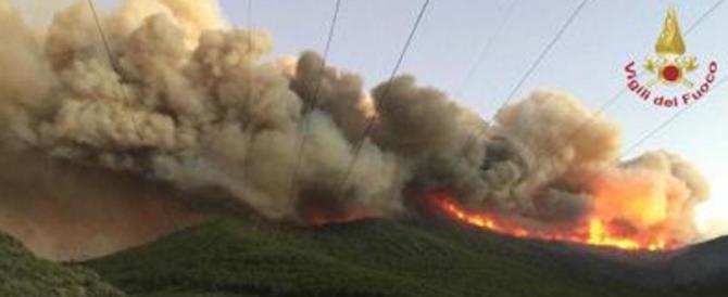 Incendio sul Monte Serra, in campo anche la Folgore. Ci sono sospettati
