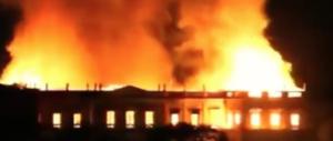 Uno spaventoso rogo devasta il Museo nazionale di Rio. In fumo reperti unici (video)