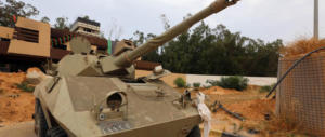 Libia nel caos, tregua violata: ribelli verso Tripoli. Nel delirio evadono 400 detenuti