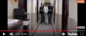 Rapina Lanciano, la madre del quarto uomo: «Deve soffrire». Filmato l'arresto (video)