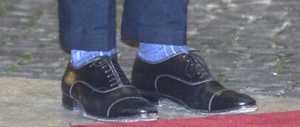 Renzi fa autocritica ma solo sui calzini: «Avevate ragione a ironizzare»