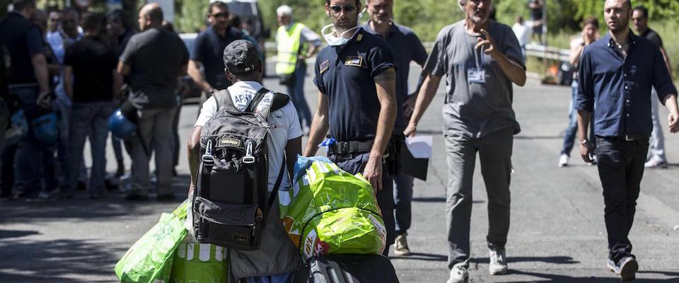 Roma, il Viminale sgombera gli immigrati da un palazzo a Tor Cervara