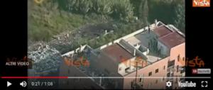 Tetti crollati e montagne di spazzatura: ecco il palazzo liberato a Tor Cervara (video)