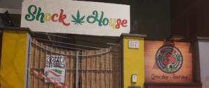"""Blitz notturno di Gioventù nazionale: «Abbiamo chiuso i negozi che """"spacciano"""" cannabis"""
