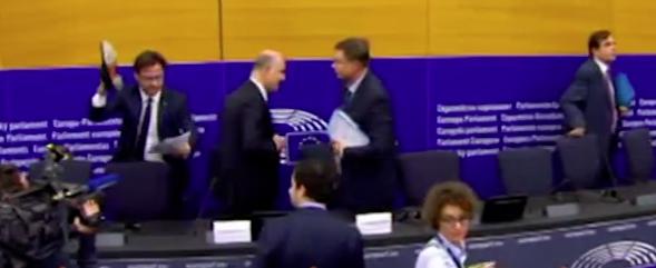 """Bocciatura Ue, il leghista si vendica """"calpestando"""" le carte di Moscovici (video)"""