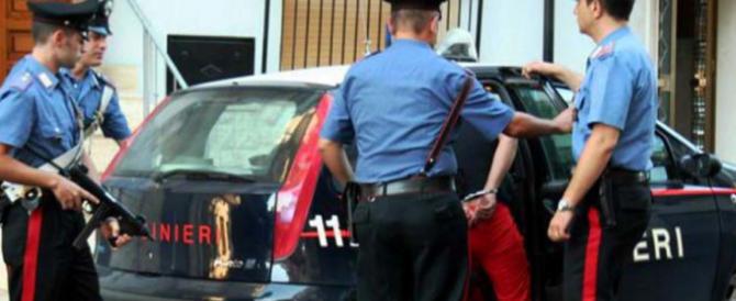 Napoli, immigrato spacciatore con hashish nelle sigarette: botte ai carabinieri