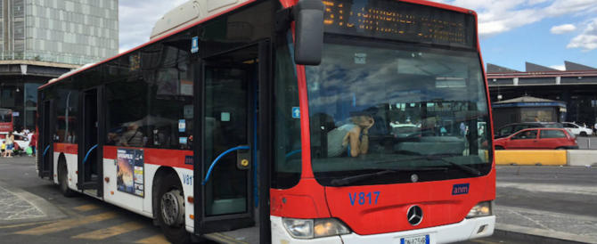 Napoli, 60enne prende a martellate i vetri di un bus: autista all'ospedale