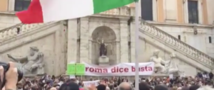 «Raggi, una buca ti inghiottirà»: folla anti-M5S in Campidoglio (video)