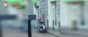 Napoli, falso cieco dipendente del Comune sorpreso a guidare uno scooter (video)