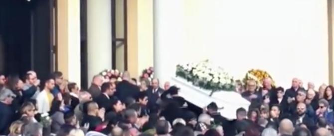 A Cisterna i funerali di Desirée, tante lacrime e un grido: «Adesso giustizia» (video)