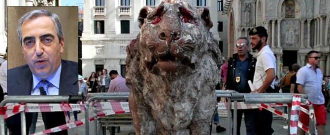 Gasparri: «I vandali di Venezia devono pulire Piazza San Marco per 7 giorni»