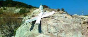 «Abbattete quella croce, offende i migranti»: è follia ong sull'isola di Lesbo