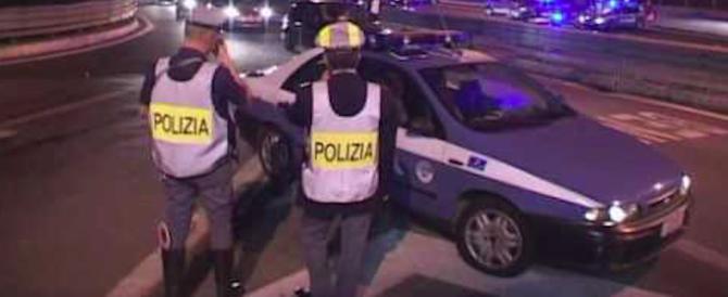 Inferno in strada, nigeriano furioso si butta sulle auto in corsa. Gli agenti: rischiata la strage