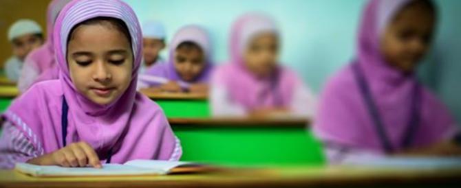 Sharia in vetrina, hijab per bimbe in vendita come grembiuli scolastici: bufera su M&S