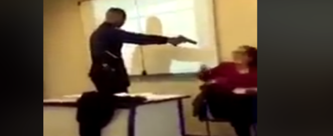 """Punta la pistola in faccia alla prof: """"Mettimi presente"""". Le immagini virali scuotono la Francia (video)"""