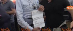 Alla kermesse M5S il padre di Dibba con il cartello no-Tav e no-Benetton (video)