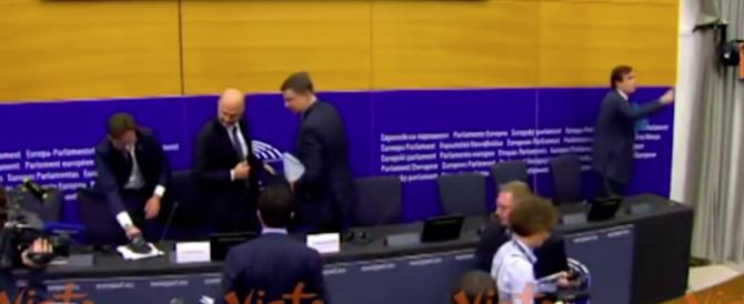 Eurodeputato leghista imbratta con la scarpa i fogli di Moscovici. La replica: è fascismo (video)