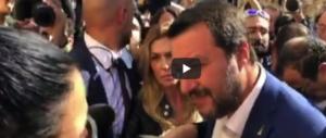 Chi grida «salvaci», chi grida «fuori»: ecco le immagini di Salvini a San Lorenzo (3 video)