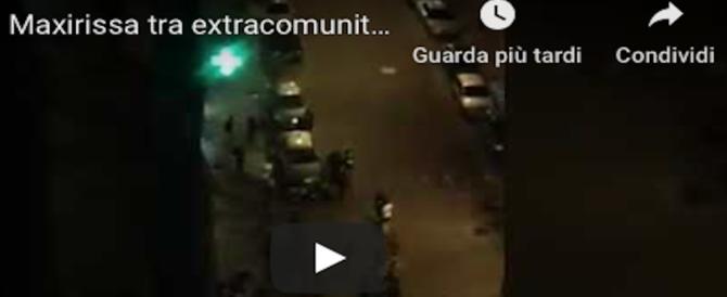 Napoli, paura al Vasto. Rissa tra stranieri: residenti chiusi in casa, negozianti in fuga (Video)