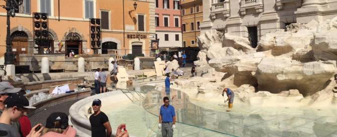 Fontana di Trevi: straniero prende a calci i passanti e sputa agli agenti