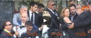 Vergognatevi! Andate dallo psichiatra: al blitz degli animalisti Zingaretti perde le staffe (VIDEO)