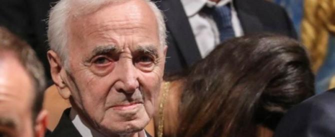 Addio ad Aznavour, cantante e poeta, comunista pentito che odiava Stalin