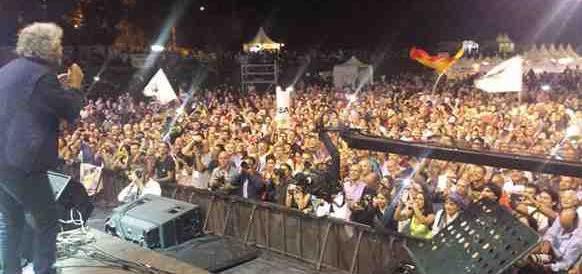 Grillo, battuta al vetriolo su Macron: come un bambino violentato da un anziano (video)