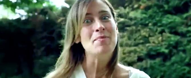 Boschi, misterioso spot in posa da diva: «C'è un gioco, non resterete delusi» (video)