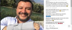 """Salvini si frattura il polso: """"Ma i rimpatri li firmo lo stesso, con la sinistra"""""""