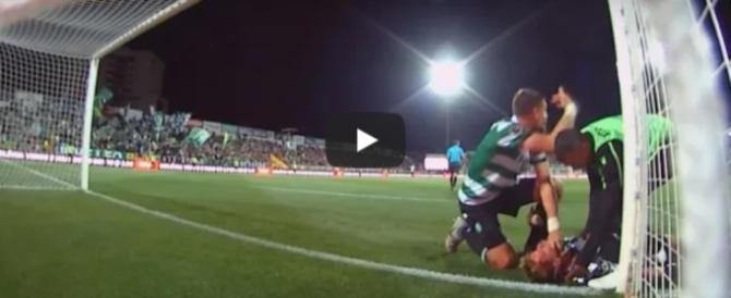 Calcio, portiere sbatte contro il palo: il compagno di squadra gli salva la vita (video)