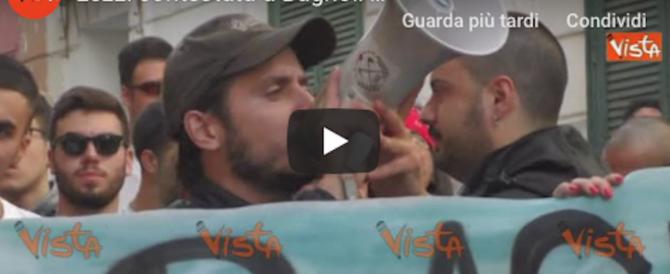 Gazzarra dei centri sociali a Bagnoli, il ministro Lezzi zittita dai cori da stadio (video)