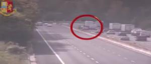 Rocambolesca fuga in autostrada di finti finanzieri dopo una rapina a Spoleto (video)