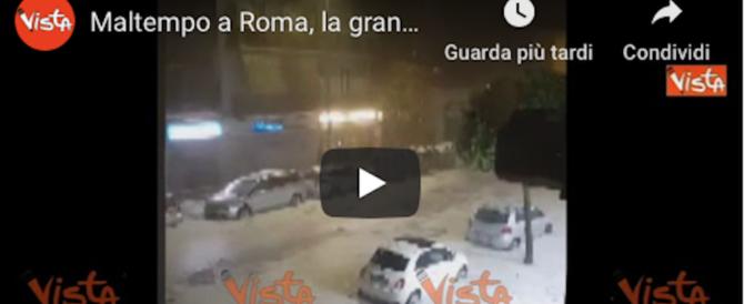 Roma imbiancata dalla grandine: autisti soccorsi dai sommozzatori (video)
