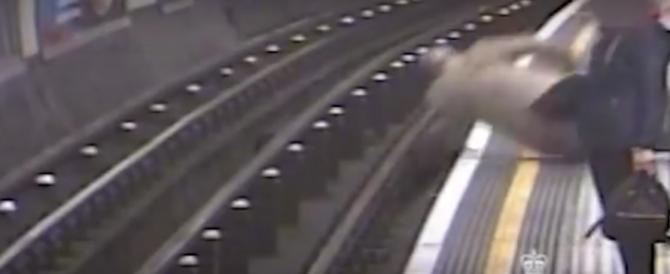 Paura nella metro di Londra: 91enne scaraventato sui binari (video)