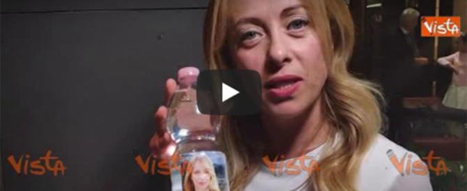"""Giorgia Meloni sfida Chiara Ferragni: """"Questa è la mia acqua…"""" (video)"""