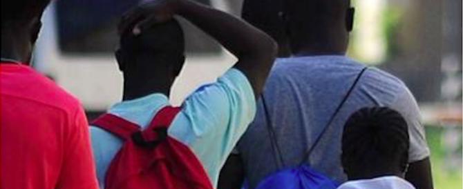 Foggia, 50 migranti circondano due poliziotti e li pestano a sangue