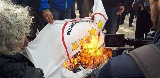 """I comitati No Tap ai 5Stelle: """"Traditori"""". E bruciano le bandiere grilline (video)"""