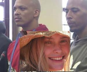 Si ferma per aiutare un amico, stuprata e uccisa dalla gang (video)