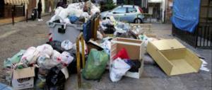 Lancia la spazzatura dall'auto: il sindaco la scopre e gliela riporta a casa