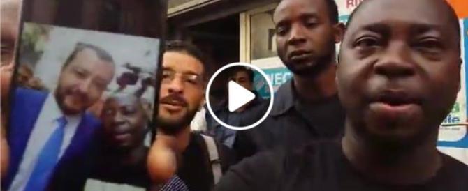 Salvini, selfie e video coi migranti: «È un buon ministro» (video)