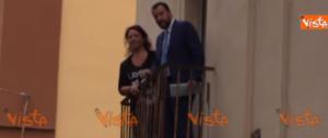 Napoli, Salvini si affaccia al balcone della parrocchia: «Mai più clandestini» (video)