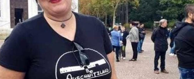 La t-shirt della vergogna. Forza Nuova sospende la militante che inneggia ad Auschwitz